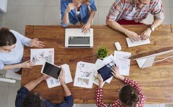 groupe de travail autour d'une table