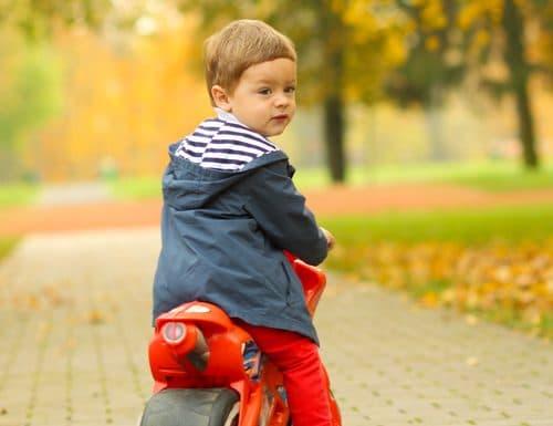 garçon sur une moto