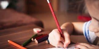 élève devant un cahier