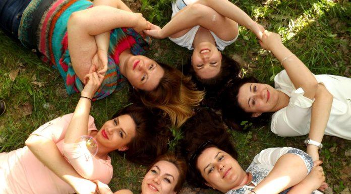étudiantes allongées dans l'herbe