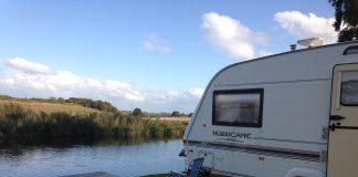 caravane au bord de l'eau