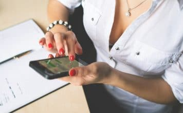 femme avec son telephone portable