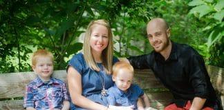 famille assise sur une banc