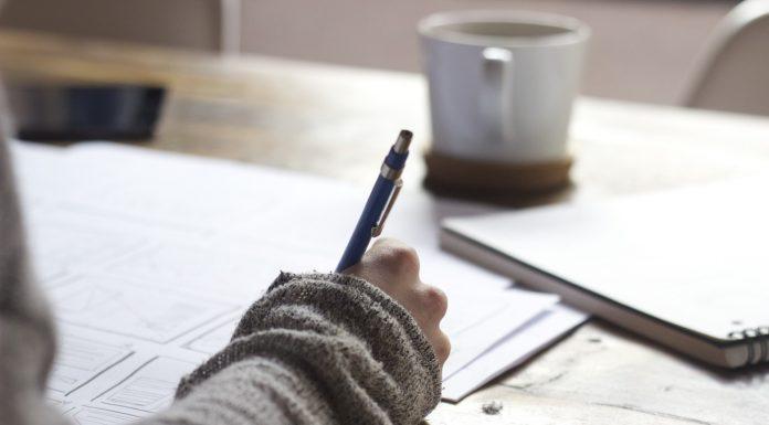 main avec un stylo