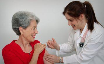femme âgée qui se fait vacciner