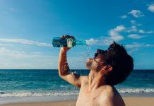 jeune homme sur une plage