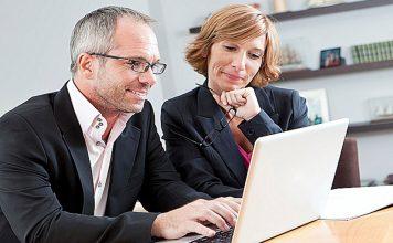 homme et femme devant un ordinateur portable
