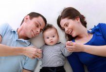 famille heureuse avec bébé